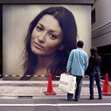 Эффект Пара, смотрящая на плакат
